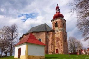 Kostel Všech svatých patří do broumovské skupiny barokních kostelů