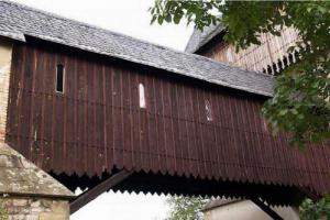 Roubený vzpěradlový krytý most na Karlštejně vede na donjon hradu
