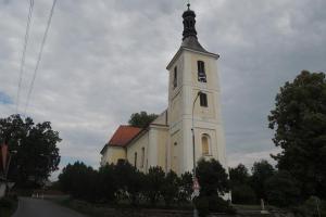Kostel sv. Jakuba Většího v Tučapech je dominantou obce