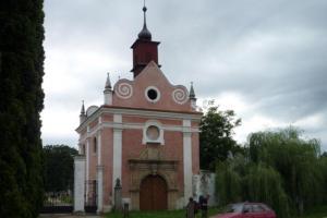 Hřbitovní kapli Svatého Kříže ve Slavonicích zdobí krásný renesanční portál