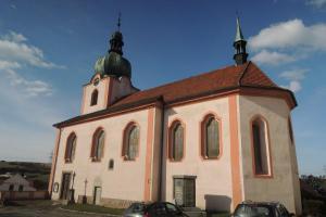 Barokní kostel sv.Mikuláše v Novém Kníně skrývá románské detaily