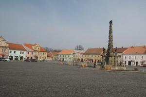 Mariánský sloup je dominantou náměstí ve Velvarech
