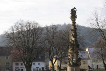 Sloup Nejsvětější Trojice zdobí náměstí ve Žluticích