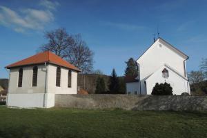 Kostel sv.Fabiána a Šebestiána se nachází na břehu Slapské přehrady
