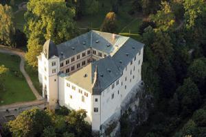 Na pravém břehu Jizery se vypíná zámek Hrubý Rohozec
