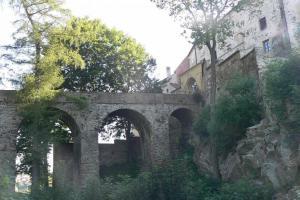 Jeden z nejmohutnějších českých kamenných hradních mostů je v Ledči nad Sázavou