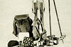 Moderní lyžařská výstroj do hor z roku 1930