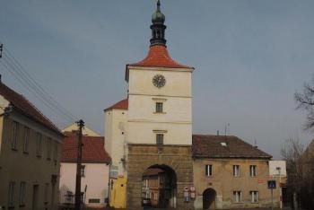 Ve Velvarech se z městských bran a branek dochovala jen Pražská brána a fortna