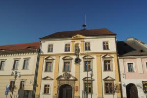 Budova radnice v Boru u Tachova zaujme krásným vstupním portálem